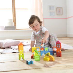 малыш и игрушки из дерева